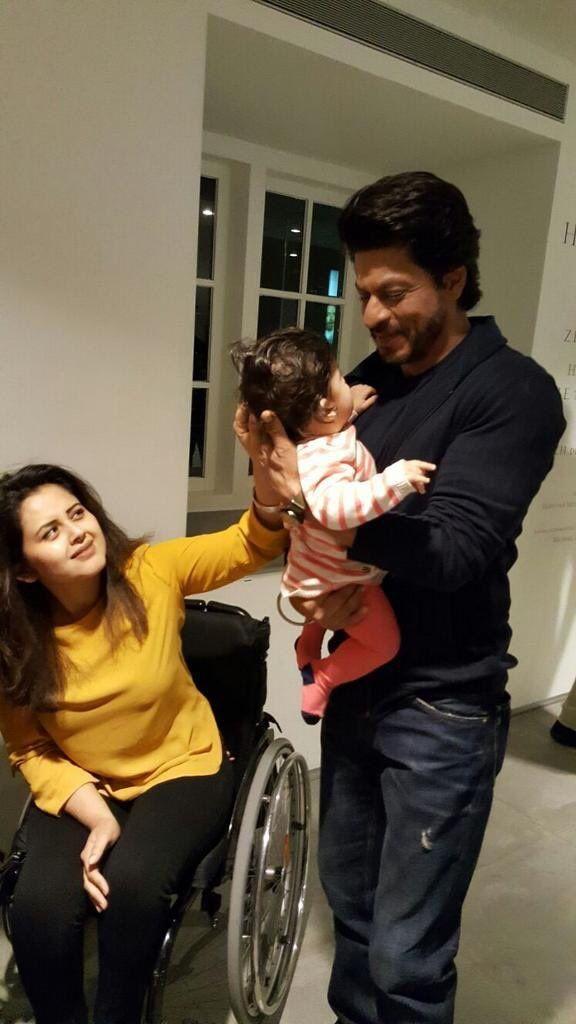 SRK with Lil small FAN.. Isn't so cute both ?!