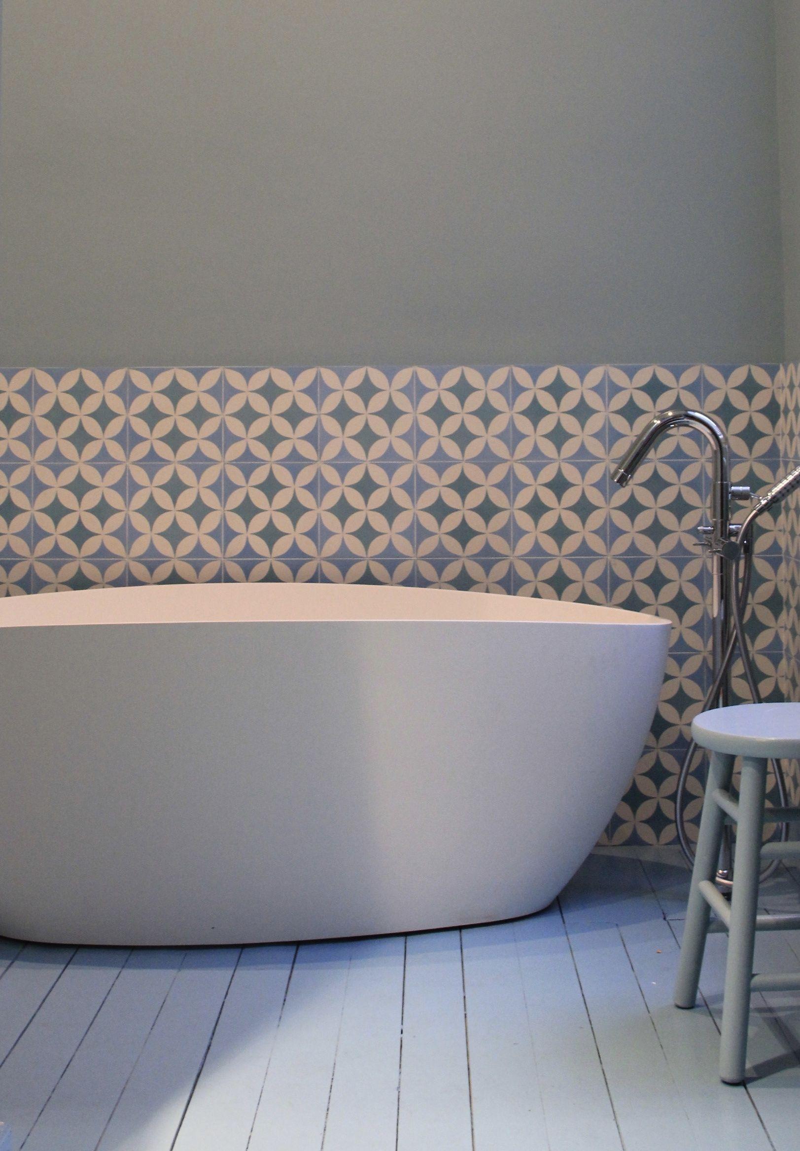 salle de bain parquet blanc carreaux ciment murs. D\'autres salles de ...
