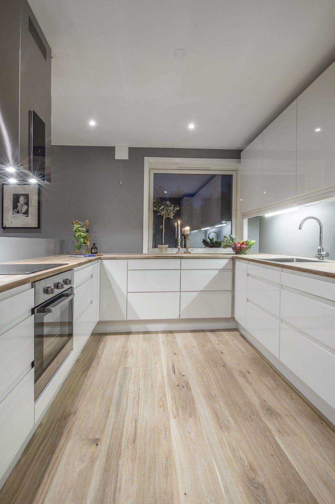 Plan de travail en bois pour cette cuisine moderne for Agencement cuisine nice