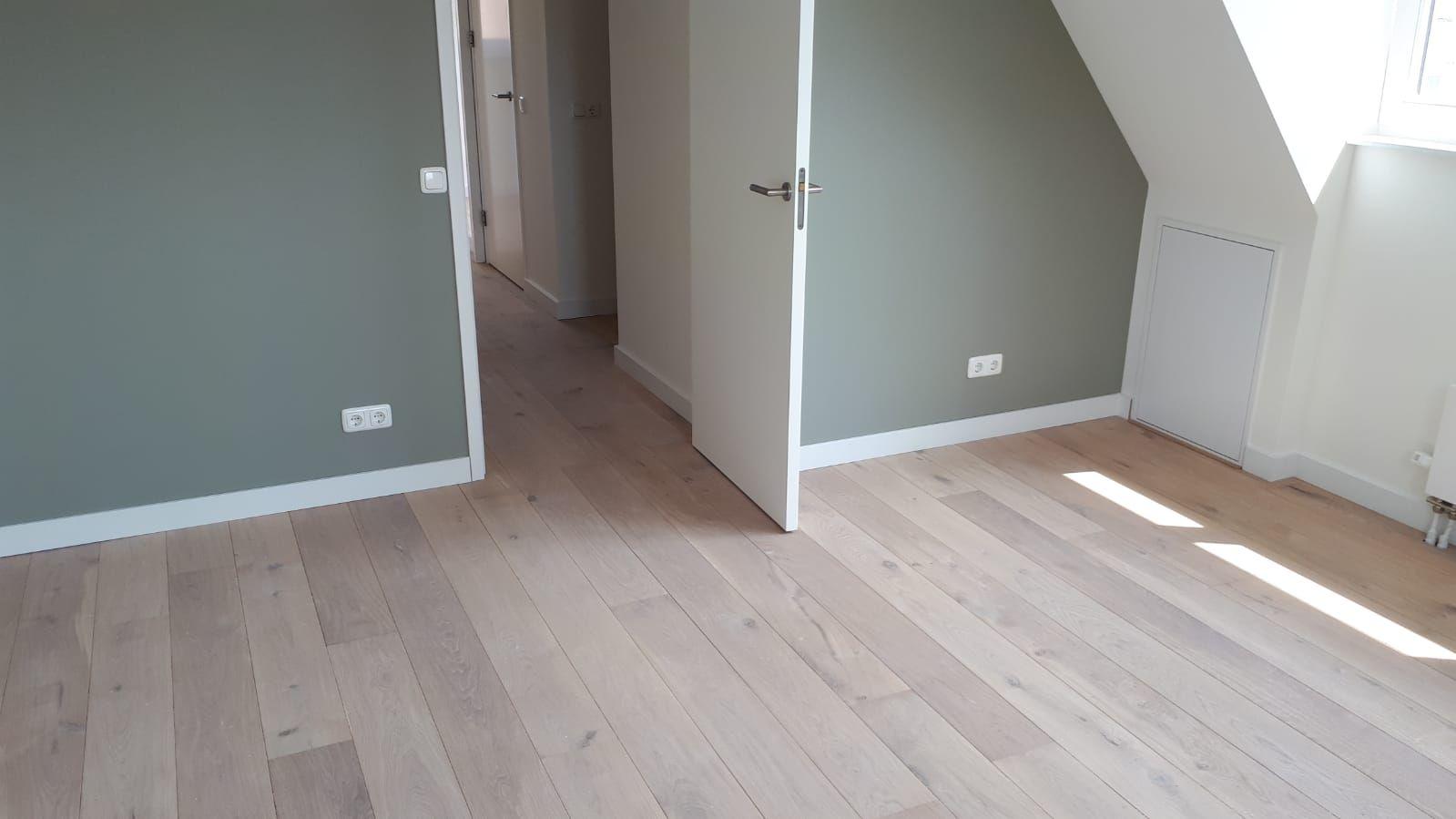 Europees eiken vloer gelegd op de eerste etage van een woning in