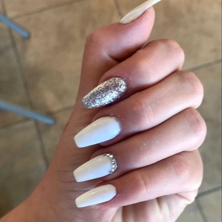 47 Stylish White Nail Designs And Ideas For This Fall Koees Blog Silver Nails Prom Nails Silver White Acrylic Nails