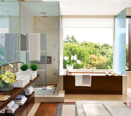 Baño con lavamanos doble, ducha, bañera y gran ventanal casas de