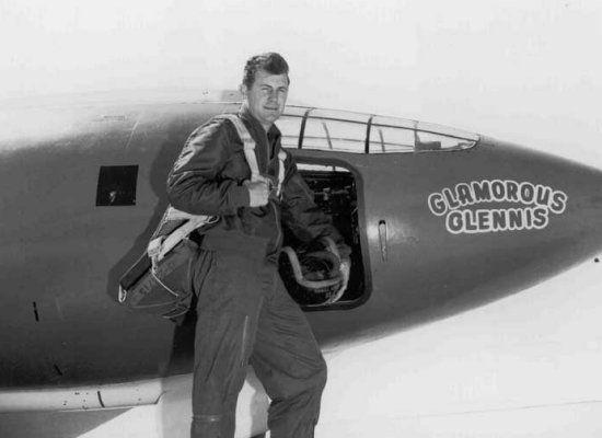 """La exploración espacial no hubiera empezado sin dejar atrás antes la barrera del sonido. Antes del 14 de noviembre de 1947 ningún ser humano había sido capaz de volar más rápido que 343 metros por segundo. El encargado de realizar esta proeza fue Chuck Yeager, un piloto de pruebas que había cogido experiencia en la Segunda Guerra Mundial. Sin Yeager a bordo del X-1, bautizado como """"Glamorous Glennis"""" en honor a su esposa, las cosas podrían haber sido distintas."""