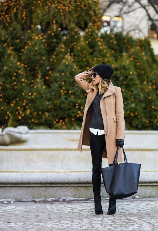 beige Mantel, dunkelgrauer Pullover mit einem Rundhalsausschnitt, weißes Businesshemd, schwarze enge Jeans für Damen