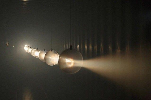 L'artiste Candas Sisman produit un espace magnifiquement illuminé qui semble être un autre monde. L'installation est réalisée dans un conten...