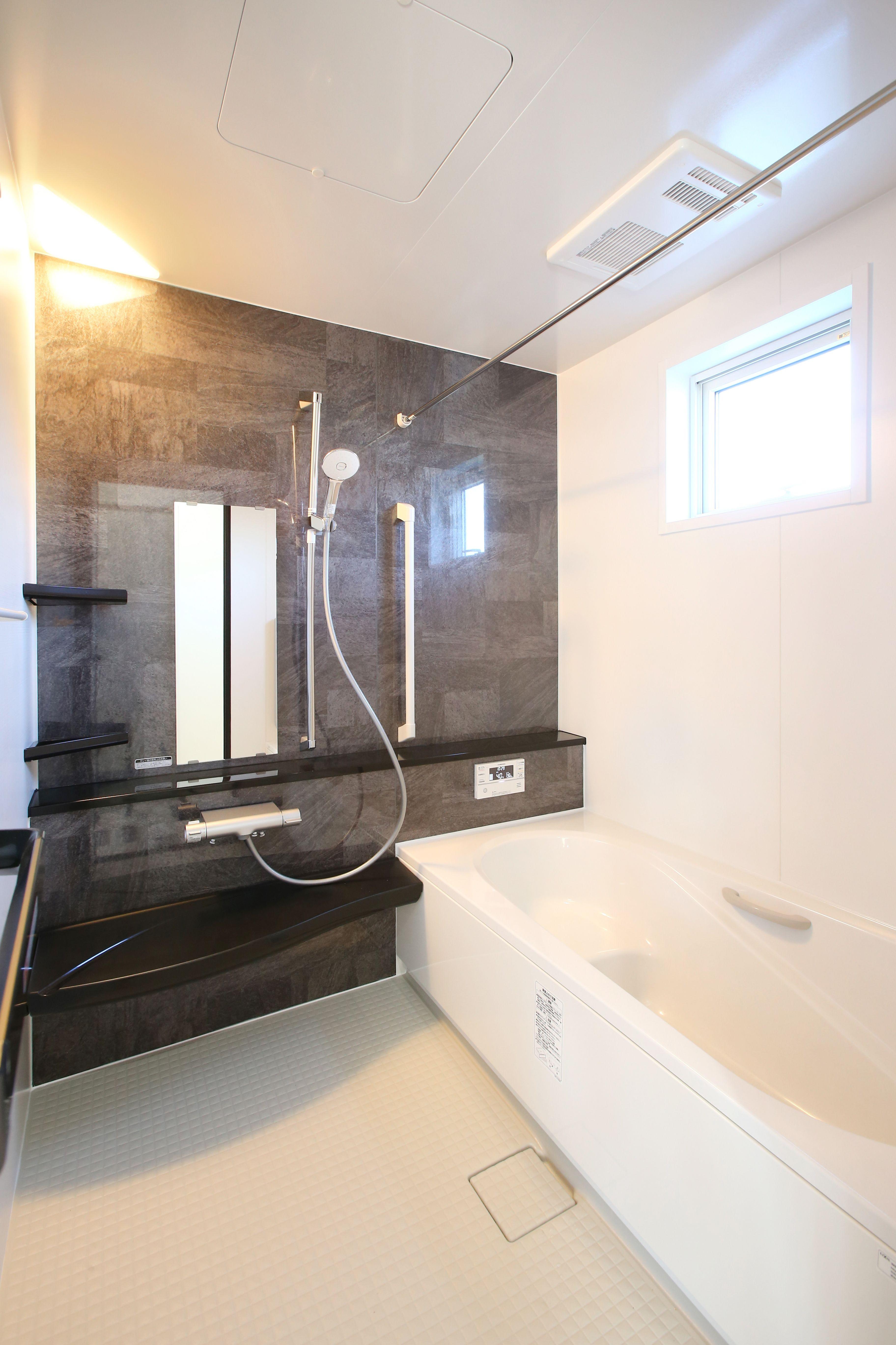 石目調グレーのアクセントパネルでかっこいい雰囲気のお風呂に 建築