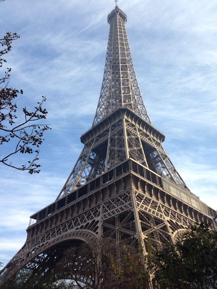 Melukis Putri Titian Di Bawah Menara Eiffel Bebasliburan Menara Eiffel Menara Bepergian