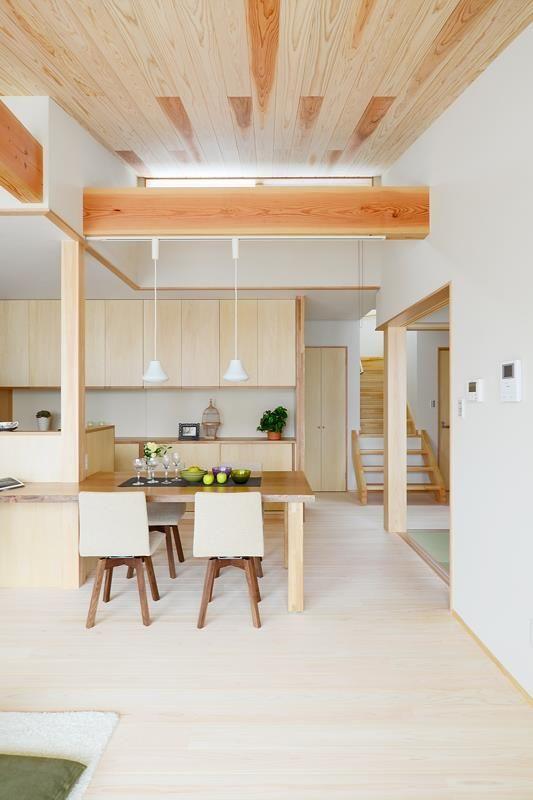 空間に広がりを感じる勾配天井 杉の羽目板と化粧梁が安心感を与えて
