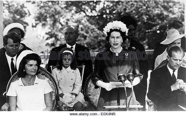 Elizabeth II speaks at Kennedy memorial Jackie watches - Stock Image