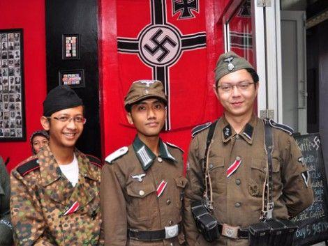 Así es el polémico 'café nazi' de Indonesia | La presión internacional obligó al cierre del Soldaten Kaffee el pasado año, pero este estable...