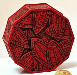 are important face powder box in red bakelite, disk shaped, with ten panels, the lid is carved with tropical leaves.