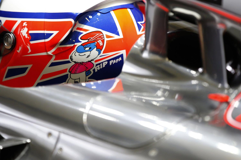 Jenson Button homenageia pai, John, falecido em dezembro, no capacete durante teste da F-1 em Jerez.