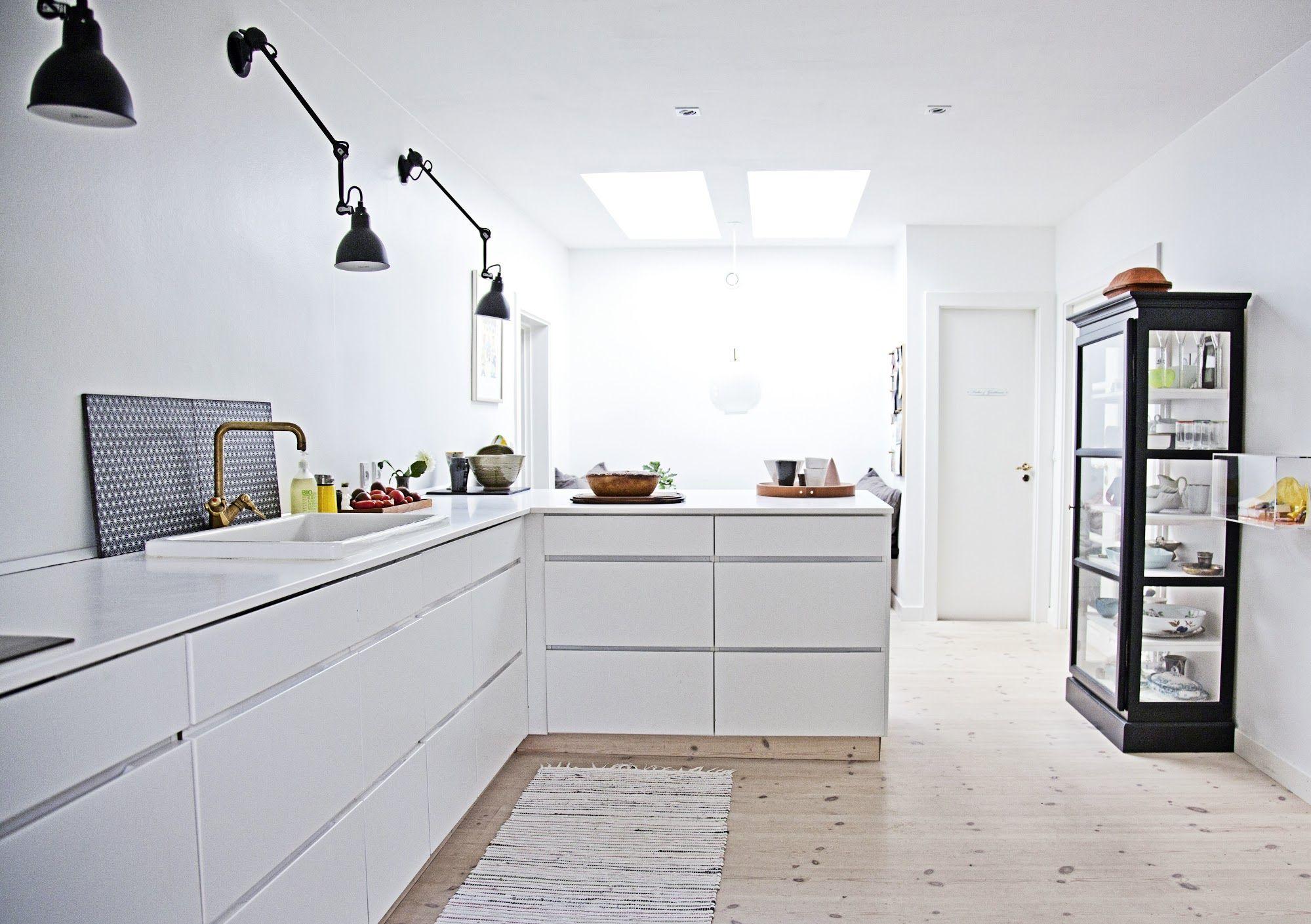Køkkenet er fra Kvik, mens lamperne er gamle, franske arkitektlamper ...