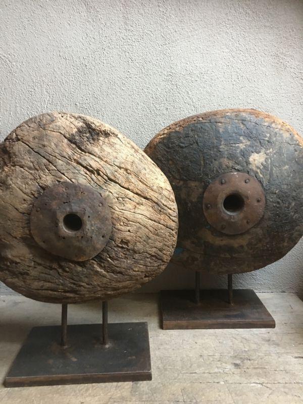 Uniek groot vergrijsd houten wiel eye-catcher ornament op statief, zeer indrukwekkend