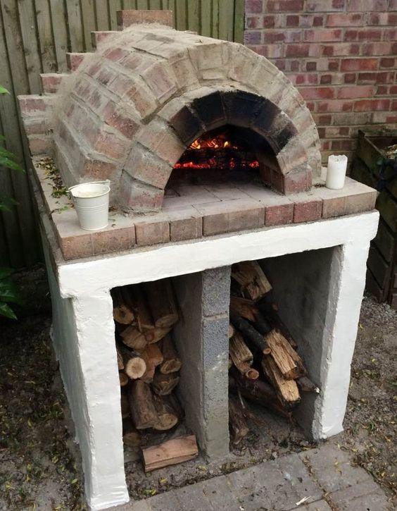 pizzaofen aus backsteinen mit fächer für brennholz und kohle,
