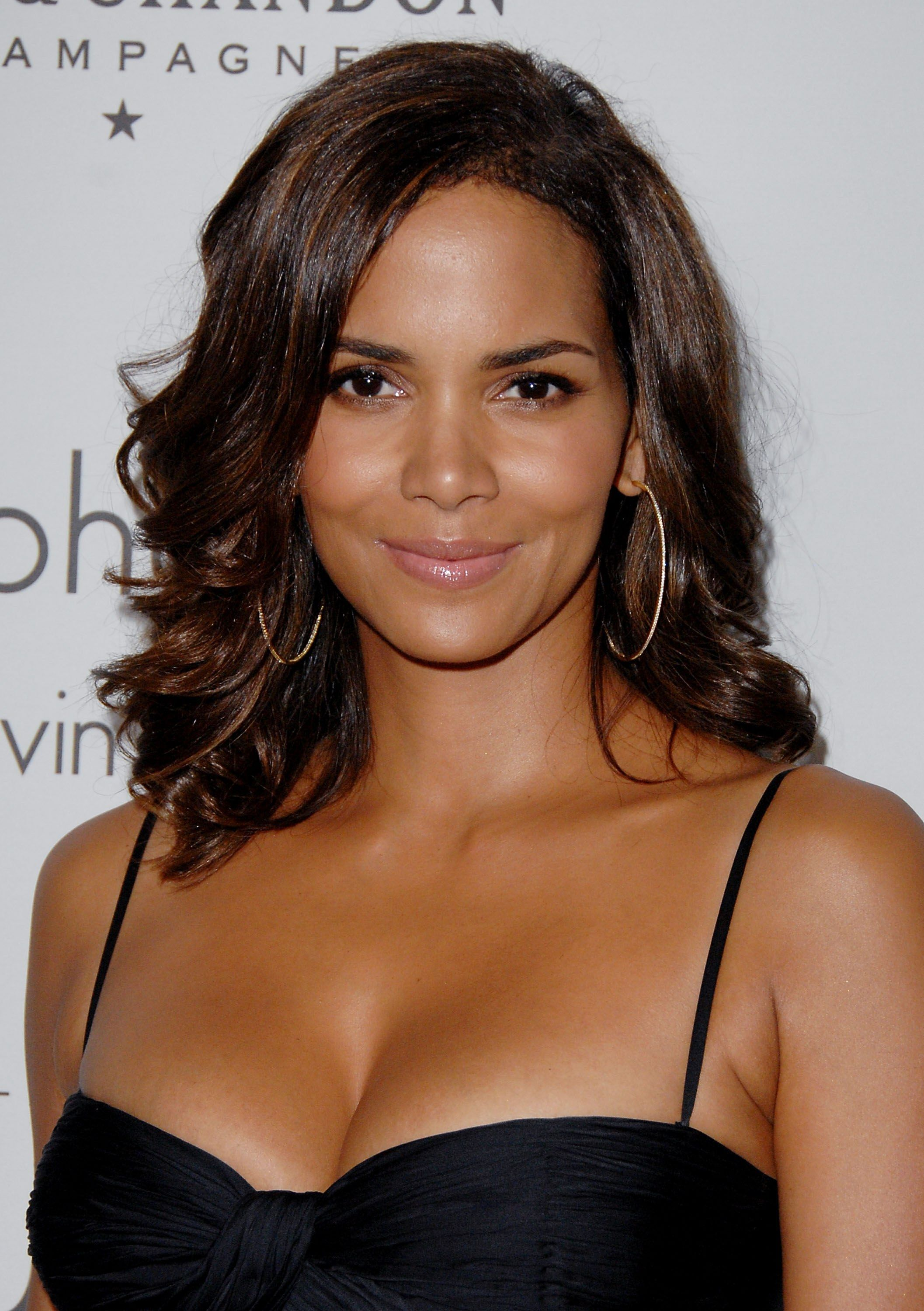 An Exploration Of Halle Berry S Ever Changing Hairstyles And Age Defying Beauty Halle Berry Halle Berry Hairstyles Halle