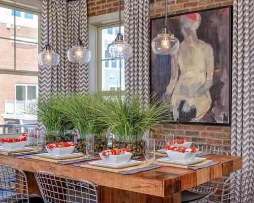 Salle manger avec d co contemporaine mur en brique et - Deco salle a manger contemporaine ...