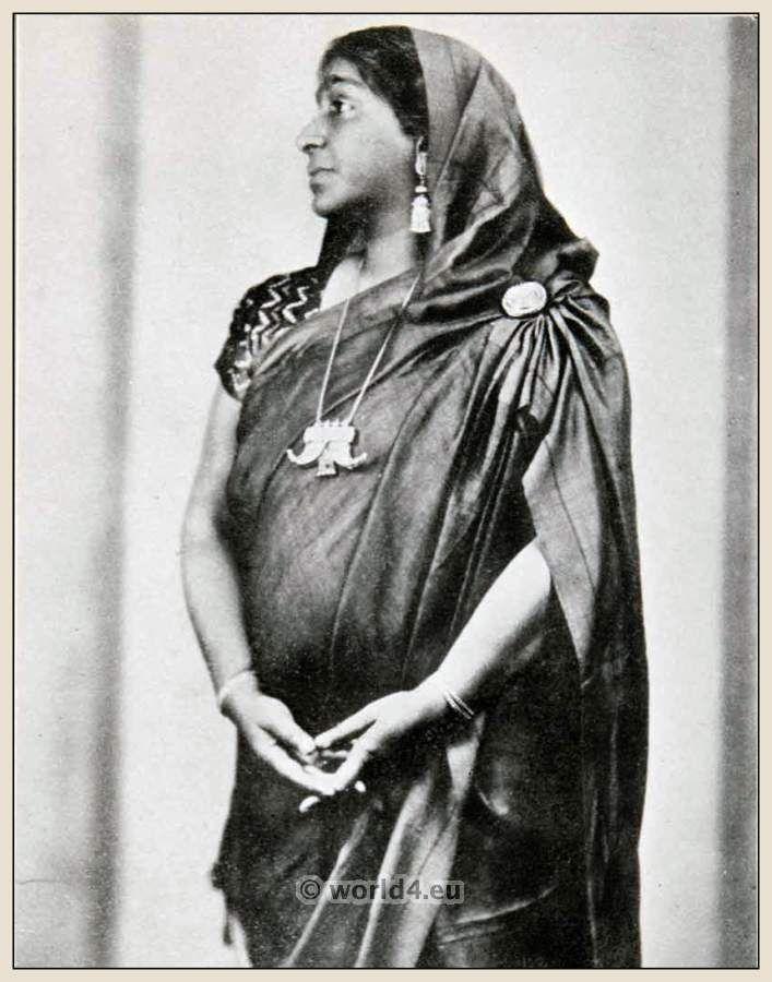 essay on sarojini naidu in hindi Sarojini naidu biography sarojini naidu biography sarojini naidu, the nightingale of india, was born on february 13, 1879 in hyderabad, andhra pradesh.