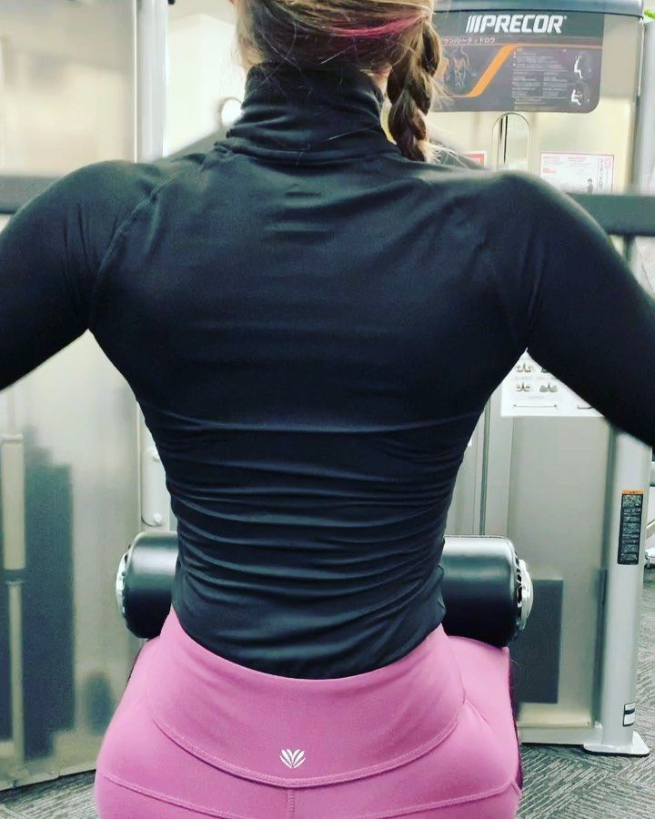 Back day! . . . . . . . #backday #backdayworkout #gym #gymgirl #muscularwomen #musculacao #musculaca...