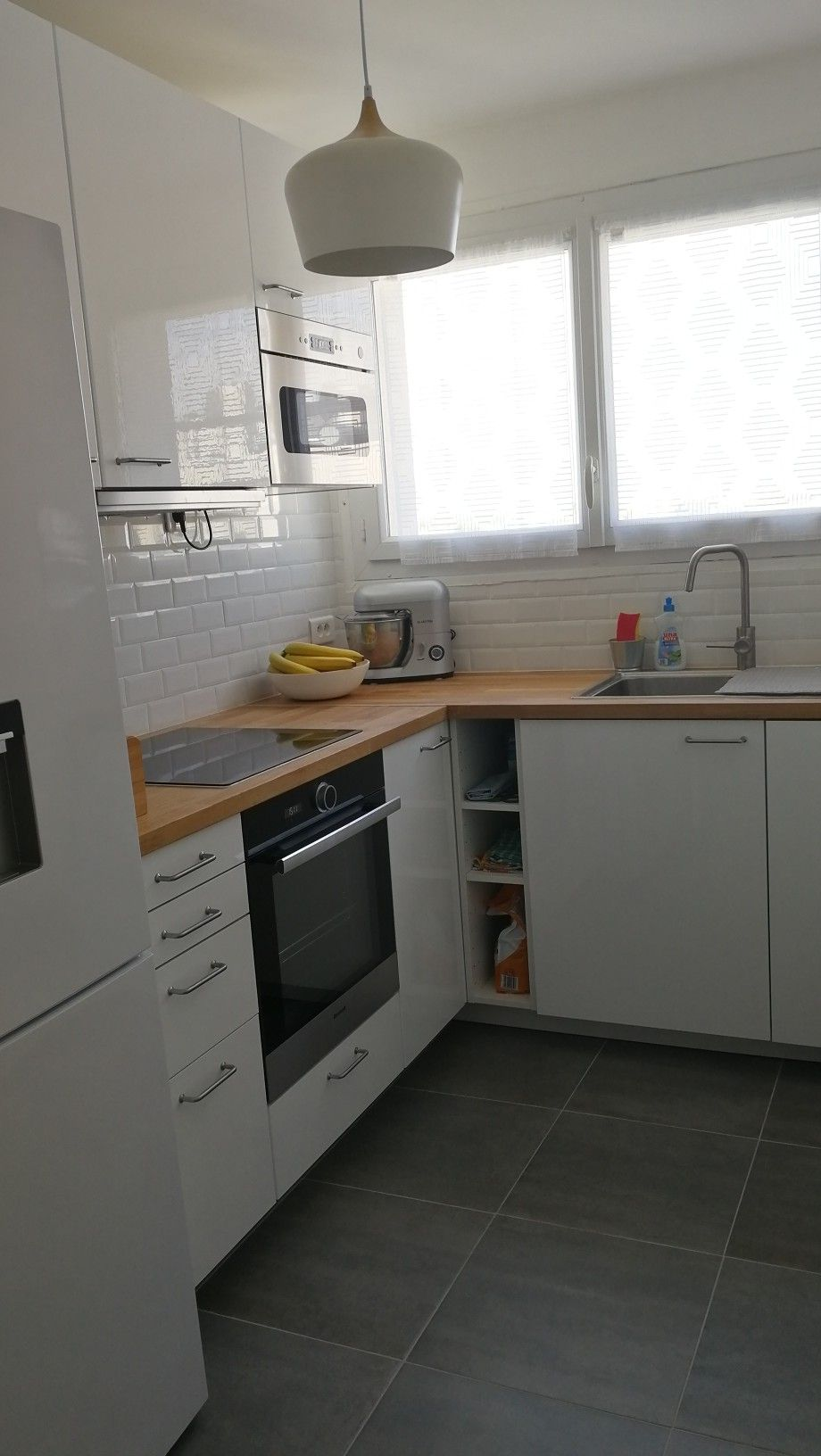Cuisine blanche bois ikea en l carrelage au sol gris et cr dence m tro blanc interiors en - Cuisine ikea blanche et bois ...