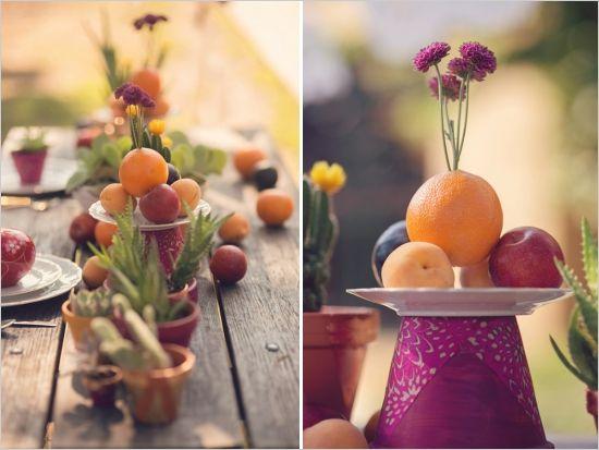 Utilizad mesas que combinen flores y frutas con colores vivos, y macetas. Las macetas son BBB!