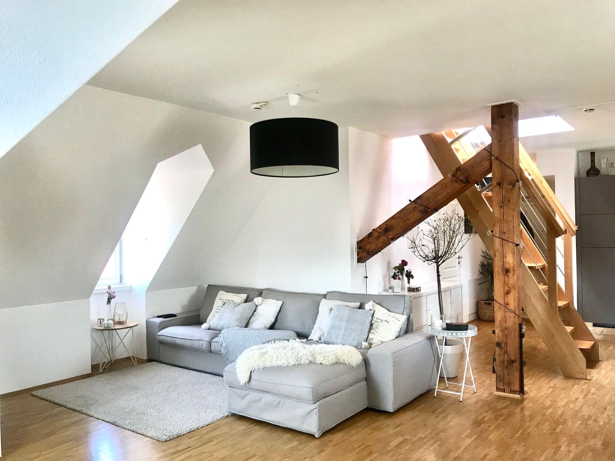 Schönes Wohnzimmer in Dachgeschoss-Wohnung in 10  Wohnzimmer