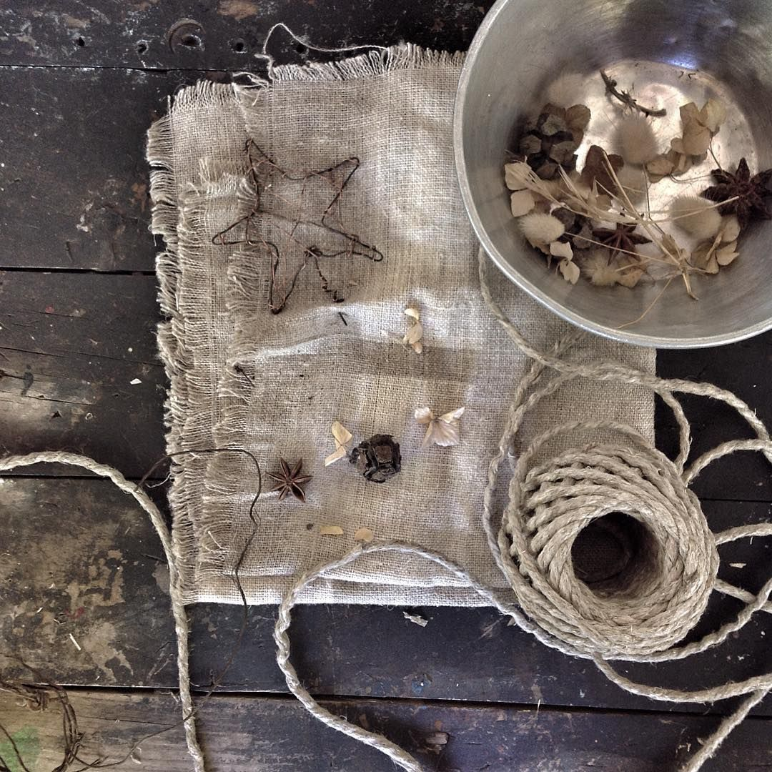 ...christmas linen!.. #fortheloveoflinen @loveoflinen #vintage #vintagestyling #vignette #vignettestyling #christmas #dried #countrylife #countrystyle #styling #mybeigelife #fouriadorefriday #styleonmytable