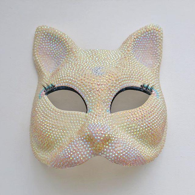 Pamalaka (@pamalaka)   Après 10h de travail, 3 tubes de colle et 1500 Strass sur un masque traditionnel Venitien voilà enfin le résultat  #mask #masque #maschera #venezia #carnevale #venise #venitian #chat #cat #kitty #strass #handmade #holographique #holographic #patience   Intagme - The Best Instagram Widget