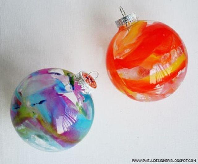 Materiales: Bolas de Navidad de vidrio transparente Secador de cabello Trozos de crayones de colores Paso a paso: 1. Quita los ganchos de cada bola de Navidad cuidadosamente para que ...