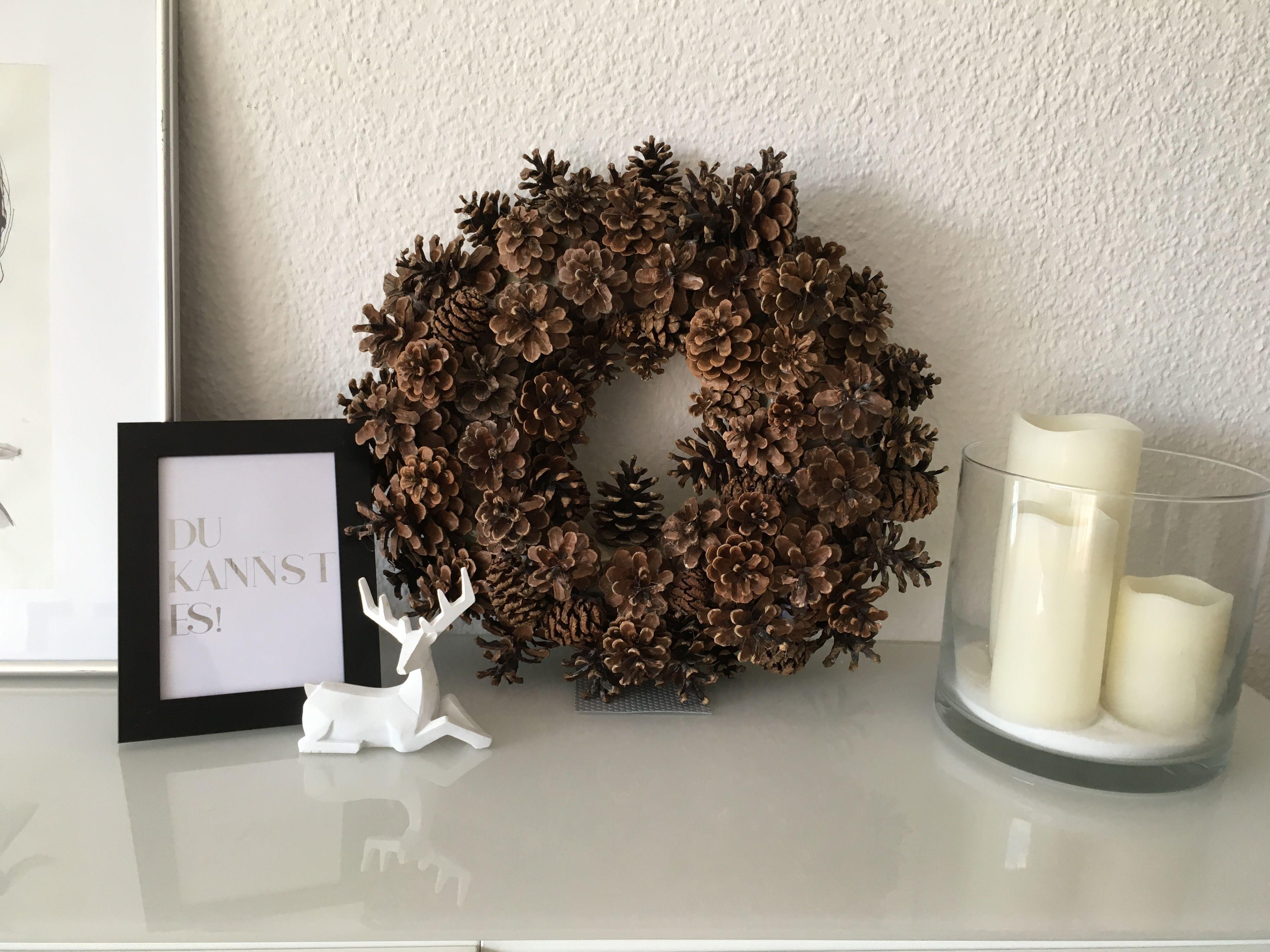 ein kranz aus tannenzapfen ganz einfach und schnell selber gemacht dekorationsideen f r die. Black Bedroom Furniture Sets. Home Design Ideas