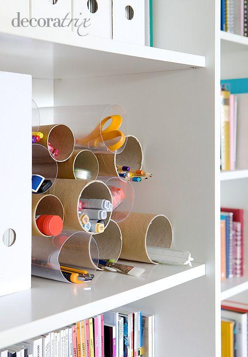 Agrúpalos en uno de los estantes de tu librería y utilízalos para organizar el material de escritorio: lápices de colores, rotuladores, reglas, pegamentos en barra, las tijeras…