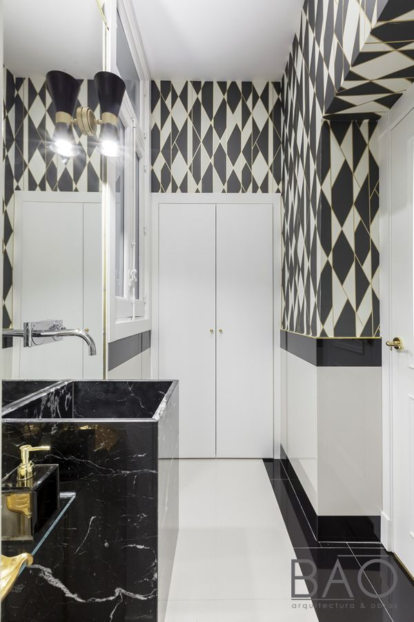 Apliques de pared negro y oro para un piso en Madrid Interiorismo