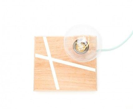 Een voet van eikenhout waarin een wit lijnenspel in is verzonken