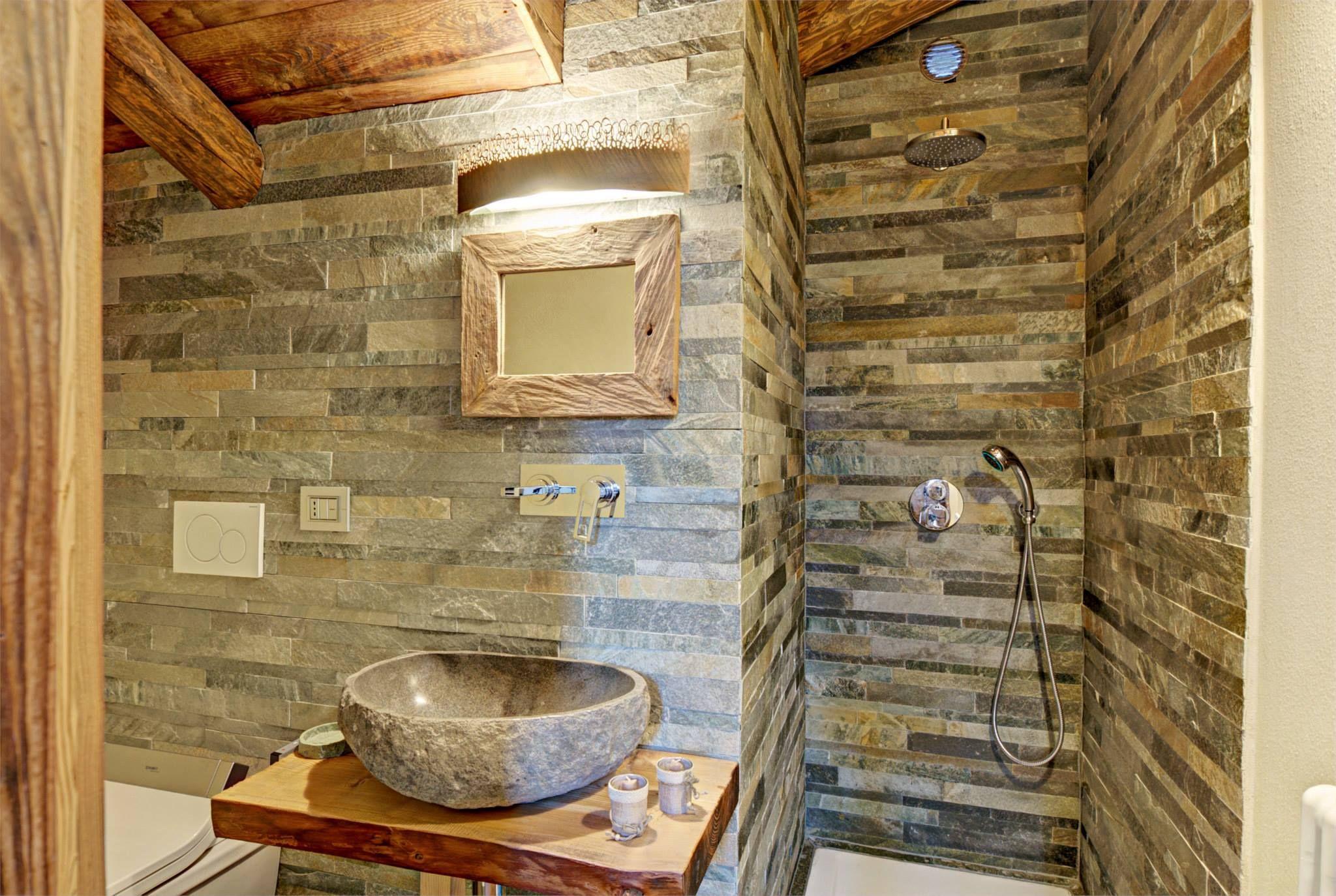 Diseño de interiores rústico uso de madera y piedra | baño pequeño ...