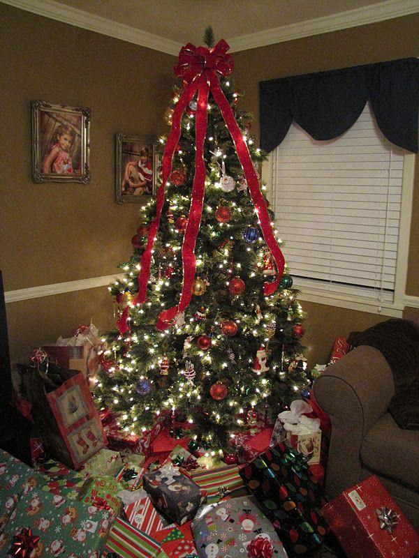 Lots Of Christmas Presents Christmas Tree With Lots Of Presents Mimi S Christmas Tree Ful Christmas Tree Painting Christmas Tree With Presents Mimi Christmas