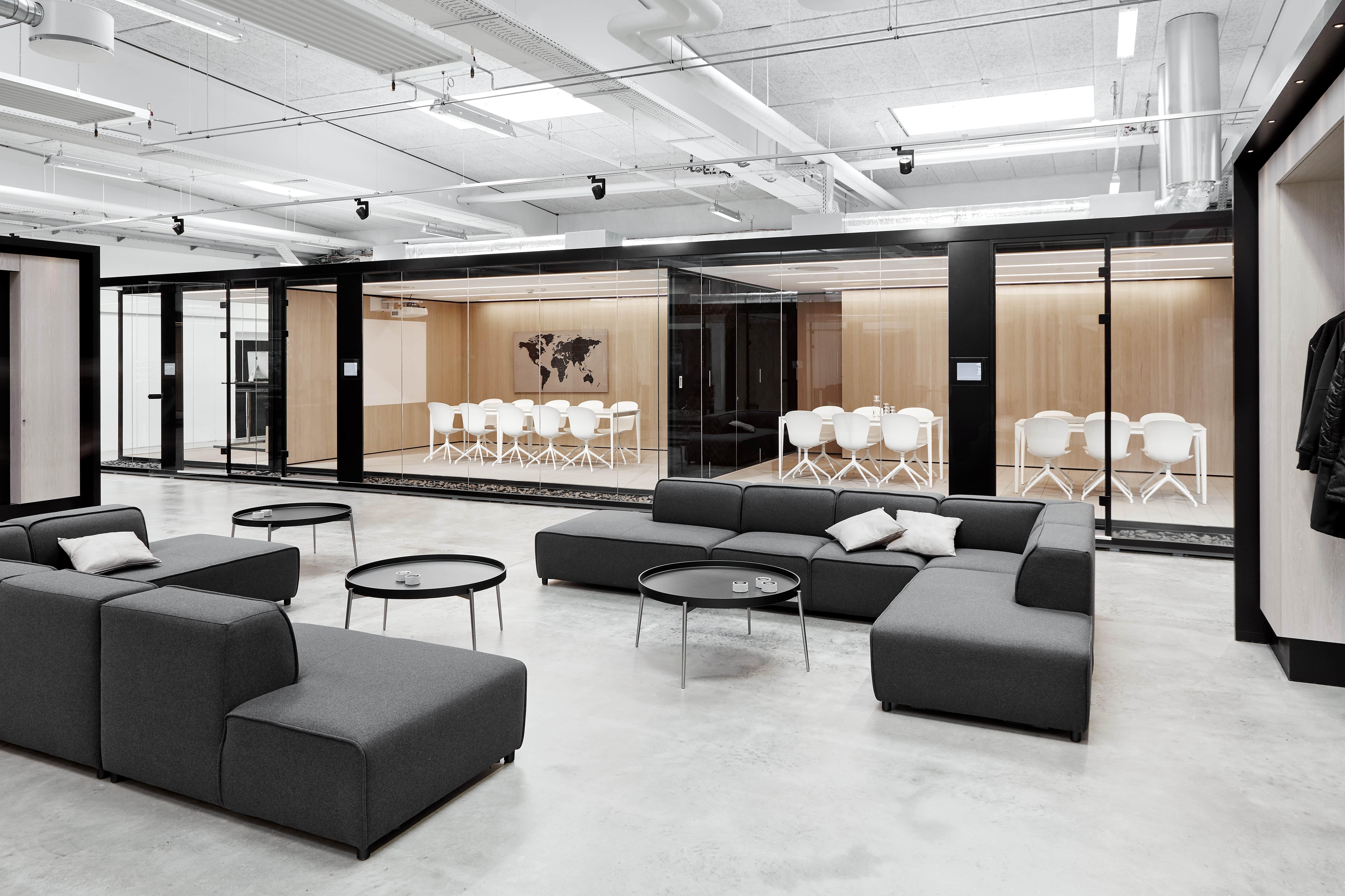 Boconcept Carmo Sofa Mit Dunkelgrauem Lux Felt Stoff Boconcept Scandinavian Boconc In 2020 Office Interior Design Office Lounge Design Modern Office Design