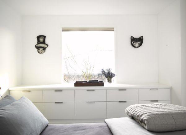 kleine schlafzimmer minimalistische lange kommode in wei - Kleine Schlafzimmerideen Mit Lagerung