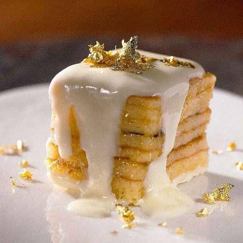 Die Baumkuchenwürfel sind Schichtarbeit in ihrer schönsten Form: mit Fruchtgelee, weißer Kuvertüre und Gold. Zum Rezept: Weiße Baumkuchenwürfel