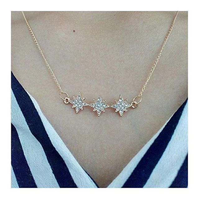 b16a8845d0c8 Collar de estrellas ⭐🌌 en circon 💎 en el frente y detalle en la espalda  triángulos⏬ de circon 💎 Perfecto para blusas escotadas en la parte de  atras.