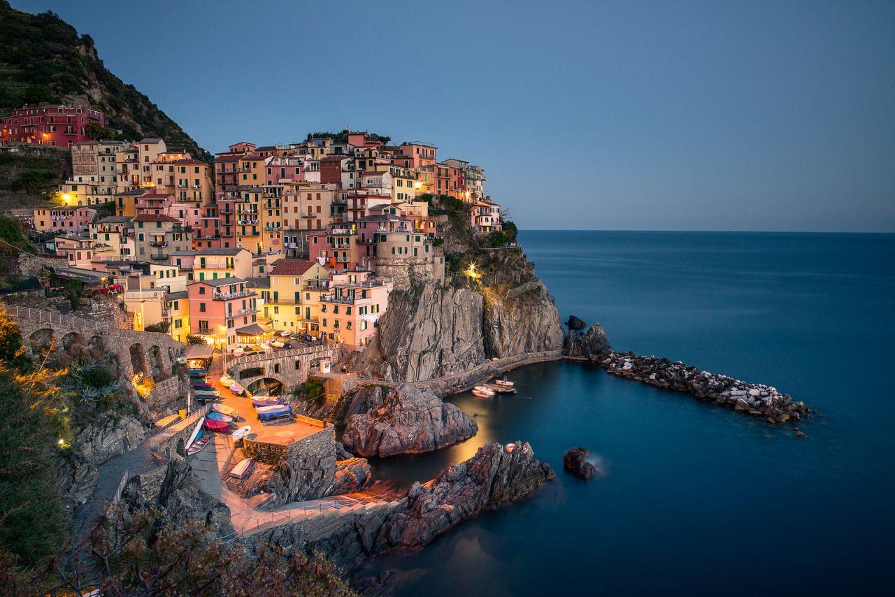 Manarola da Vaidotas Mišeikis Tramite Flickr: Long exposure of the fantastic little coastal village of Manarola in Cinque Terre, Italy. Nikon D800 + Samyang 24mm f/1.4 Haida ND64 circular filter f/8...