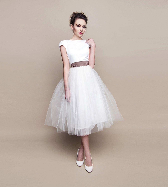 Kurzes Brautkleid im 60er Jahre Stil mit farbiger Satinschleife #weißekleiderkurz