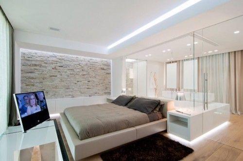 Glazen wand tussen luxe slaapkamer en badkamer badkamer in