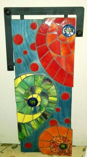 Cuadro abstracto hecho sobre madera y técnica de mosaicos