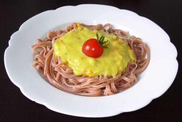 Gelbe Tomatensoße mit Rotweinnudeln  - kyche