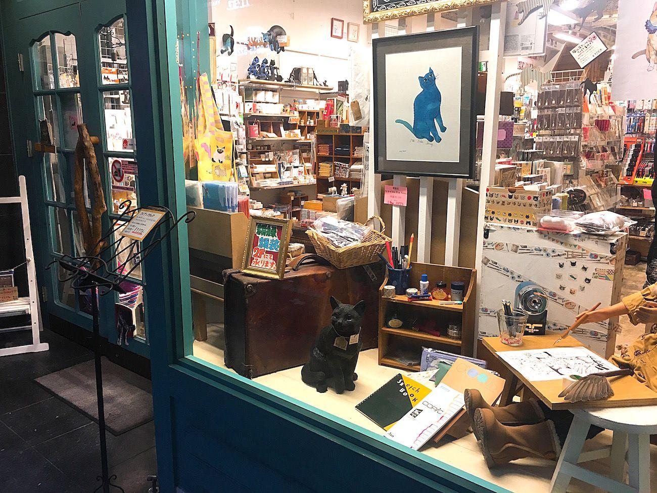 大阪 難波にすこしユニークな画材店があります U Arts ユーアーツ という名のお店で 文具や画材 紙 額縁などを扱う専門店なのですが お店のロゴや看板 ショーウィンドウにはいたるところに猫の姿が 実 画材 ショー ウィンドウ 文具