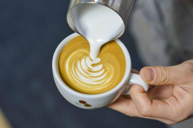 パリにサードウェーブコーヒーを根付かせたパイオニアともいえるカフェ「COUTUME」。その日本1号店である「COUTUME青山店」が、よりコーヒーと相性の良いスイーツ&ミールのラインナップを強化して、4月8日(金)、同じ南青山の地に移転リニューアルオープンする。