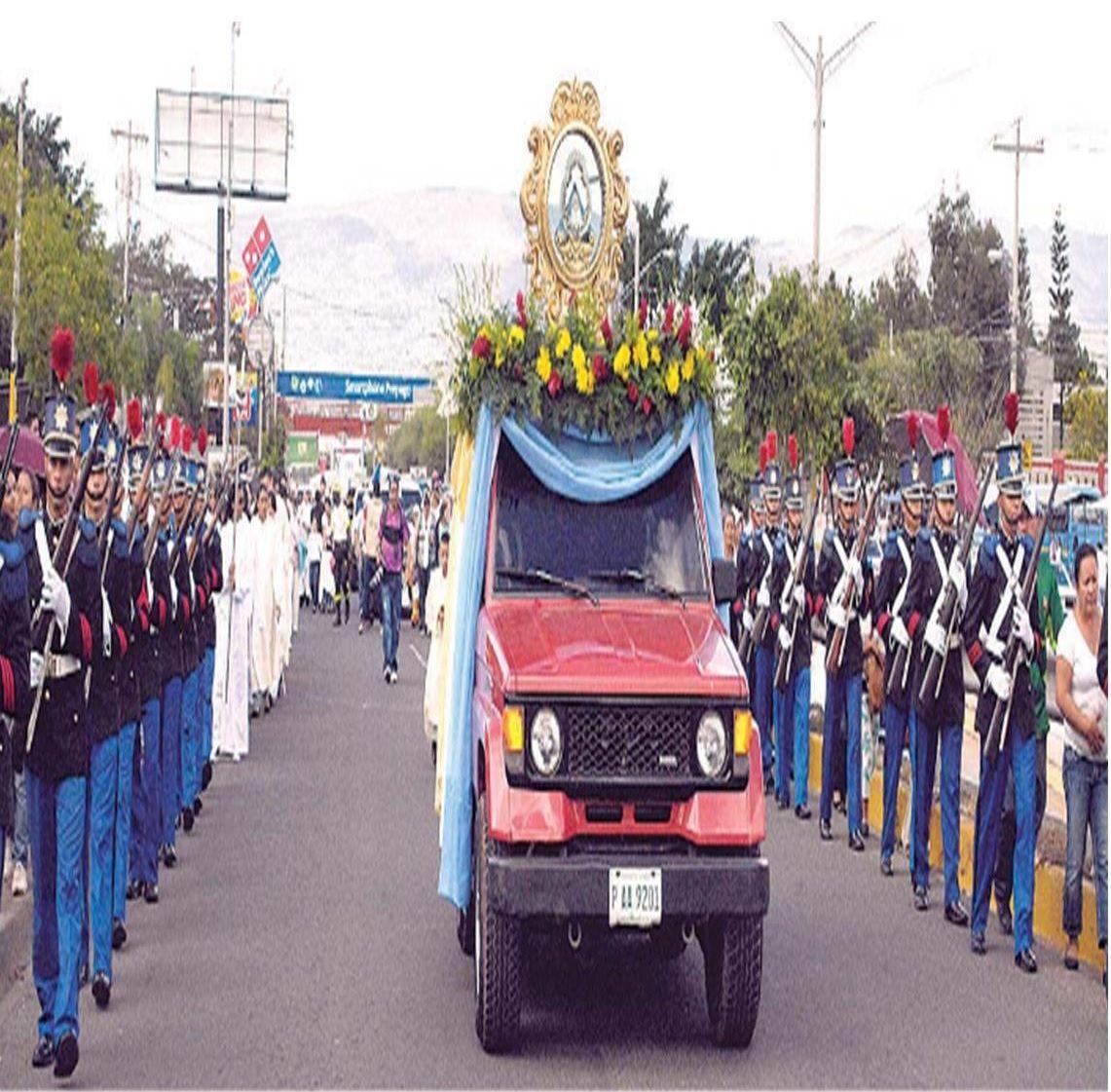 Centenares de fieles católicos acompañaron a la Virgen de Suyapa en un recorrido por el bulevar del mismo nombre, para iniciar las fiestas en honor a su día este 3 de febrero.