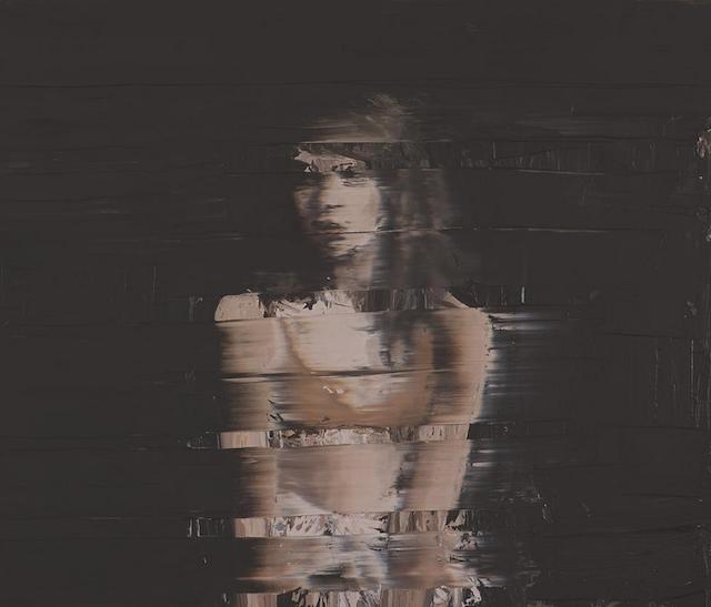 Le peintre Andy Denzler peint des portraits de femmes et d'hommes avec un effet strié qui ressemble à un bug d'image et à une mauvaise récep...