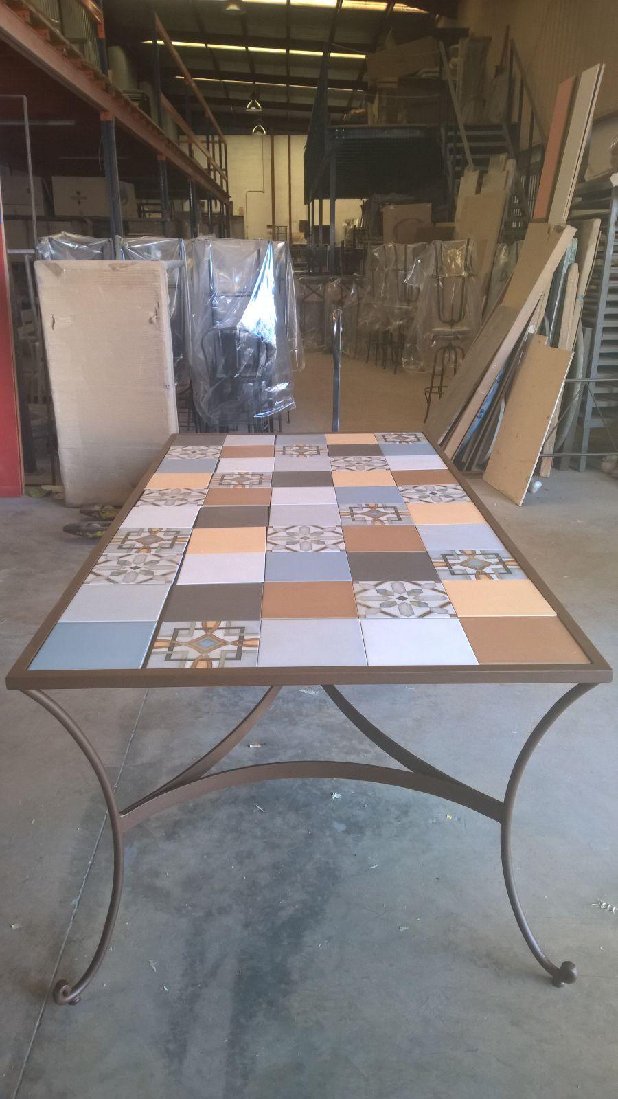 Mesa de forja y cerámica www.fustaiferro.com #jardin #terraza ...
