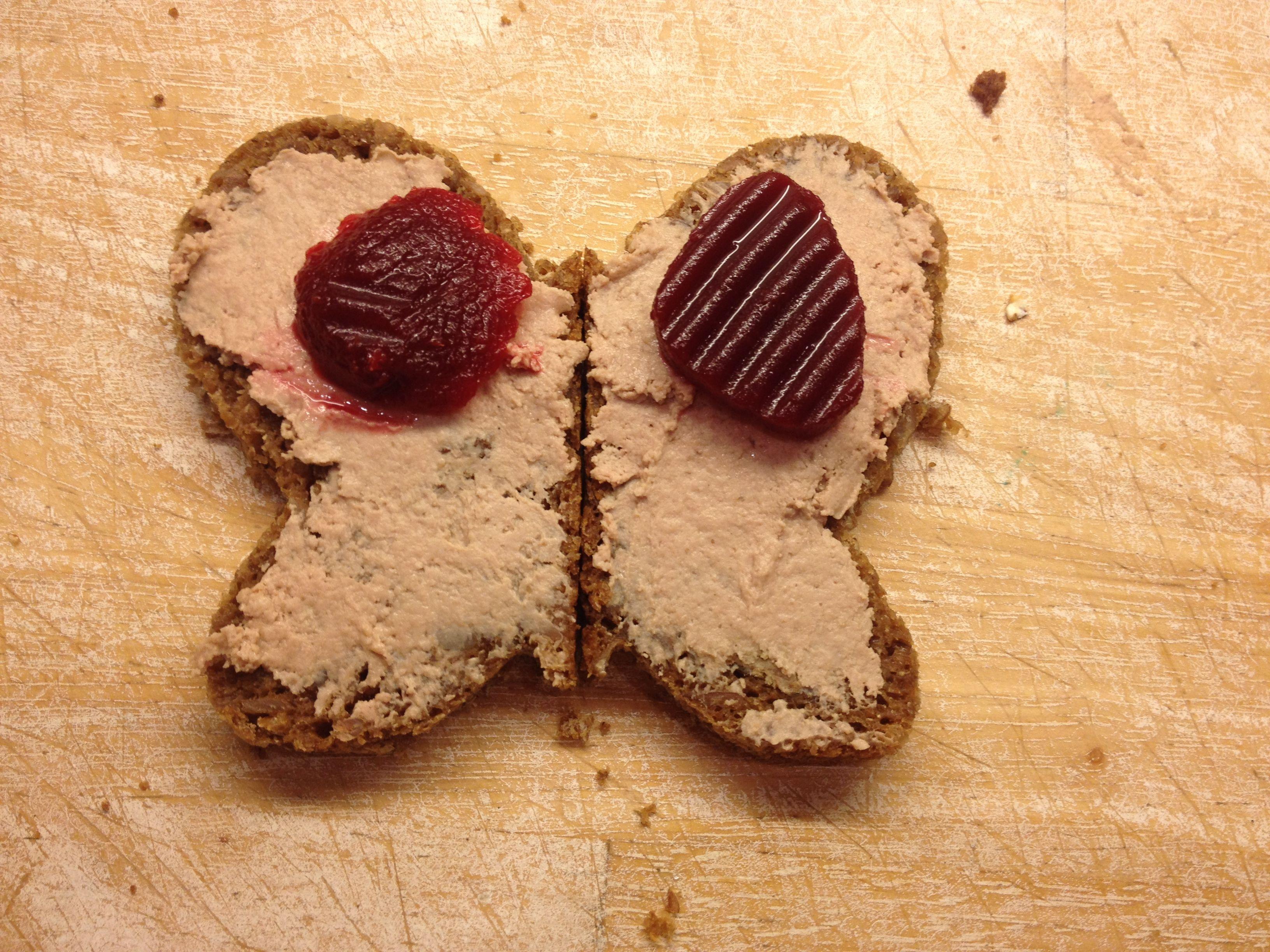 Her er der brugt en sandwishudstikker. 2 stykker rugbrød ved siden af hinanden. Prik---smør---pynt. Vupsi en madpakke der skaber glæde.
